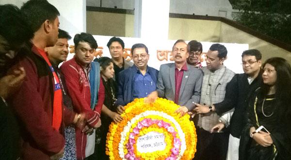 চট্টগ্রাম কেন্দ্রীয় শহীদ মিনারে শহীদ বুদ্ধিজীবীদের প্রকৃত শ্রদ্ধা জানাতে নৌকায় ভোট চাইলেন চট্টগ্রামের পেশাজীবীরা