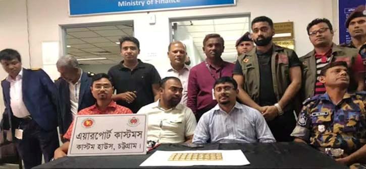 চট্টগ্রাম বিমানবন্দরে স্বর্ণসহ সুইপার আটক