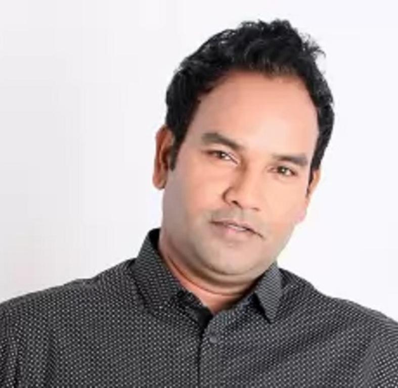 মাজনুন মিজান অভিনয়ের পাশাপাশি নাটক পরিচালনা করছে