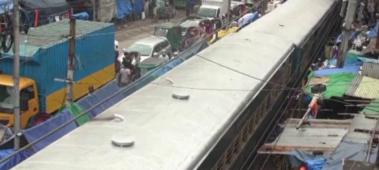 ঢাকা-নারায়ণগঞ্জ রেলপথে ট্রেন লাইনচ্যুত হয়ে চলাচল বন্ধ