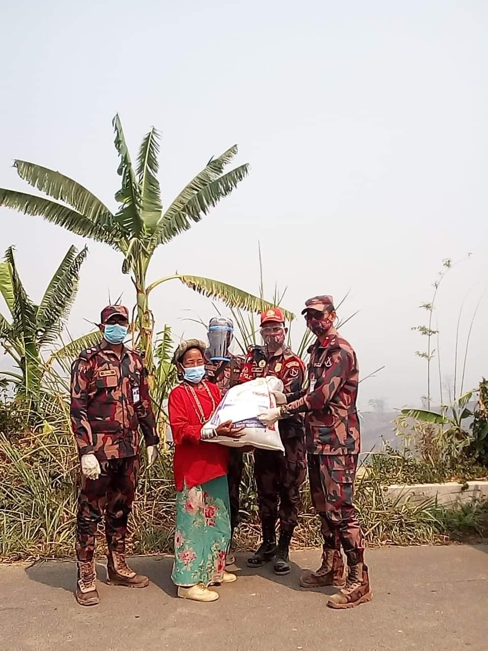 থানচিতে অগ্নিকাণ্ডে ক্ষতিগ্রস্থ পরিবারের পাশে বিজিবি