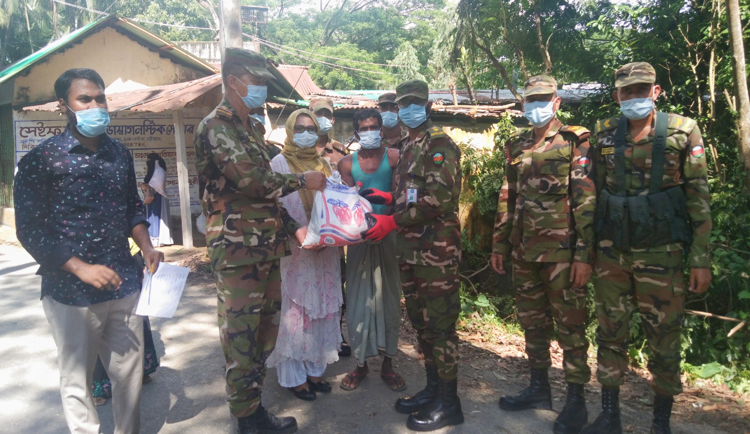 সাতকানিয়ায় বাংলাদেশ সেনাবাহিনী'র খাদ্য সামগ্রী বিতরণ